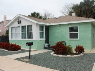 Steps from the Beach!Sleeps up to 6/-Hot-tub/ Free Beach Bikes from $125 per nit - Daytona Beach vacation rentals