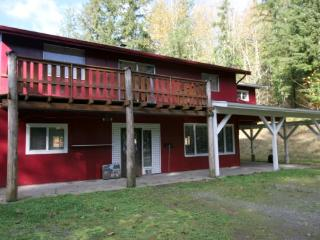 55MF BIG Pet-Friendly Cabin on 15 Acres near Mt. Baker - Maple Falls vacation rentals