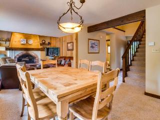 Fireplace, furnished deck, & NPOA amenity access - shared pool & hot tub - Truckee vacation rentals