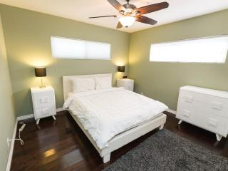 Modern 2 Bedroom with Yard minutes to Venice Beach - Los Angeles vacation rentals