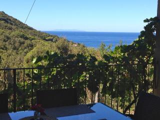 Bilocale per 5 persone con terrazza VISTA MARE - Nisportino vacation rentals