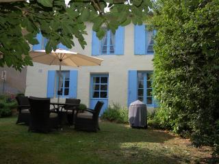 Les Volets Bleus at La Flotte - Mortagne-sur-Gironde vacation rentals