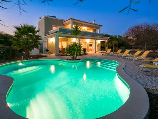 Villa Debora - Contemporary 4 bedroom villa - Close to many amenities. Great Pool! - Carvoeiro vacation rentals