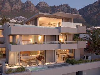 Bright 5 bedroom Camps Bay Villa with Internet Access - Camps Bay vacation rentals