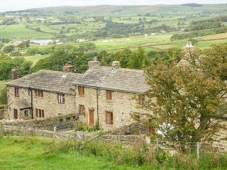 KESTREL COTTAGE, mid-terrace, two bedrooms, woodburner, enclosed garden, WiFi, in Silsden, Ref 915700 - Silsden vacation rentals