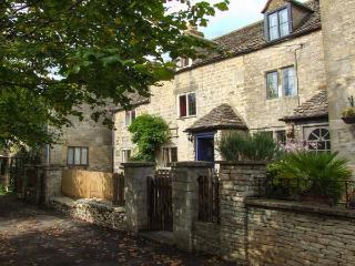 THE DWELLING HOUSE, end-terrace, woodburner, first floor snug, front garden, in Stroud, Ref 922250 - Stroud vacation rentals