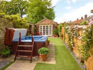 BEECH VIEW hot tub in private courtyard, set in hotel's grounds in Malton Ref 924671 - Malton vacation rentals