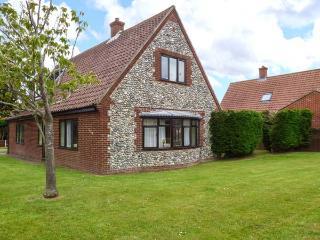 HORNBEAM COTTAGE, detached cottage, garden, open fire, country views, Southrepps Ref 924949 - Southrepps vacation rentals