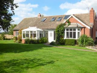 FERNHOLME, family cottage, five bedrooms, multi-fuel stove, parking, near York, Ref 925374 - World vacation rentals