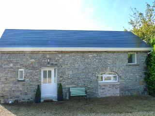 THE OLD STABLES, ground floor, shared enclosed garden, open plan, near Roscrea, Ref. 927645 - Roscrea vacation rentals