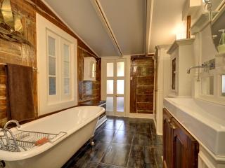 Renovated 1845 Townhouse close to downtown - Montreal vacation rentals