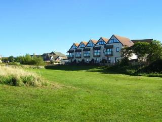 MARINA VIEW, townhouse overlooking marina, off road parking, decked patio, in Amble, Ref 30438 - Amble vacation rentals