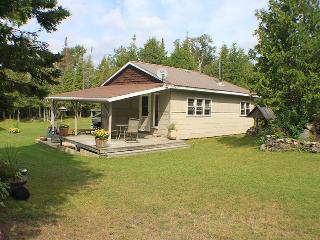 Cozy 2 bedroom Cottage in Lions Head with Deck - Lions Head vacation rentals