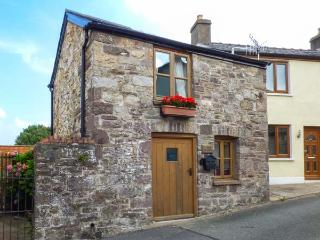 THE OLD STABLE, cosy cottage, open plan living area, roadside parking, in Gilwern, Ref 925359 - Abergavenny vacation rentals