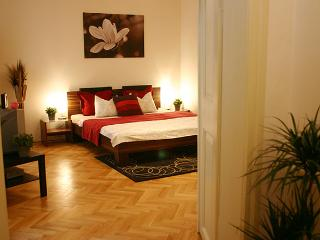 Cozy, affordable apt. 150m from charles bridge (2) - Prague vacation rentals