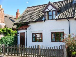 KINGSLEY COTTAGE, end-terrace, open fire, garden, in Stalham, Ref 925688 - Stalham vacation rentals