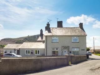 RHUG VILLA, comfy cottage near beach, pub, coastal walks, Nefyn Ref 927106 - Nefyn vacation rentals