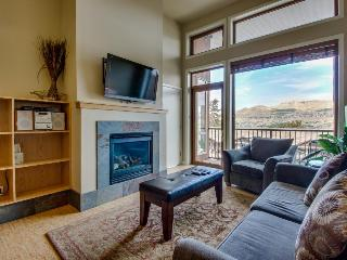 Luxurious condo with lake views plus shared pool and hot tub - Chelan vacation rentals