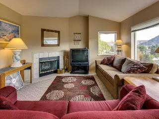 Third-floor corner condo w/stunning views + shared pool & hot tub! Lake nearby! - Chelan vacation rentals