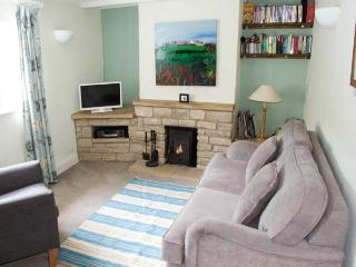 GLEN COTTAGE, pet-friendly cottage, close to village pub, two woodburners, garden, WiFi, Bussage Ref 922057 - Stroud vacation rentals