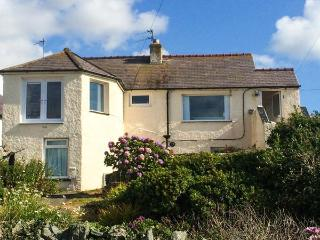 TY'R ENFYS BACH, seaside apartment with WiFi, sea views, garden, Trearddur Bay Ref 926596 - Trearddur Bay vacation rentals