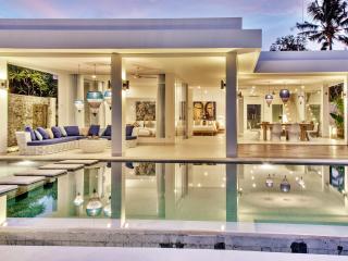Luxury Beachvilla Lovina 7 days(!) staffservice - Dencarik vacation rentals