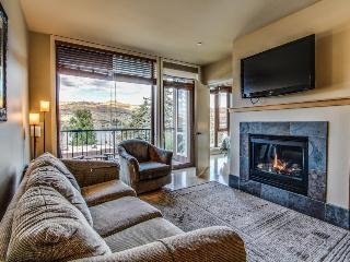 Cozy two-suite condo with community pool and hot tub, lake views! - Chelan vacation rentals