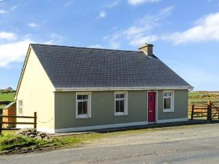 SEA VIEW COTTAGE, pet friendly, country holiday cottage, with a garden in - Carrigaholt vacation rentals