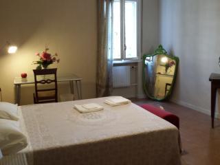 STANZA PRIVATA MATRIMONIALE GRANDE ROMA METRO - Rome vacation rentals