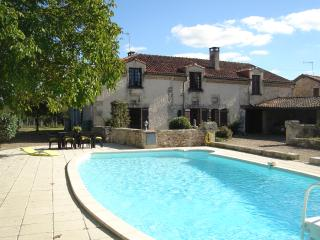 2 Double Bedroom Holiday Apartment with pool - Quinsac vacation rentals