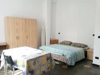 Camera doppia Piazza Portello zona De Ferrari - Genoa vacation rentals