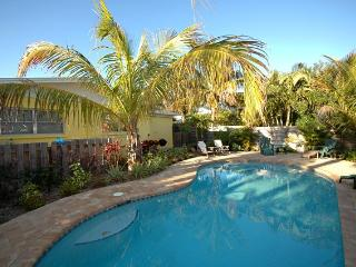 Beautiful 2 bedroom Anna Maria Cottage with Deck - Anna Maria vacation rentals