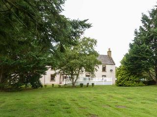 THE FARMHOUSE, detached, large country house, tranquil setting, hot tub, open fires, in Forres, Ref 926057 - Forres vacation rentals