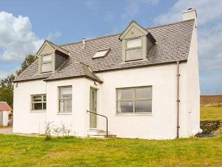 BIRCH COTTAGE, private enclosed garden, pet-friendly, WiFi, woodburner, Dundonnell, Ref 929839 - Dundonnell vacation rentals