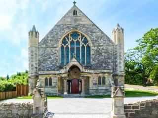 1 CHURCH HOUSE, three en-suite bedrooms, patio, WiFi, in Totland, Ref 920036 - Totland vacation rentals