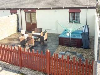 BARN COTTAGE, pet friendly, country holiday cottage, with a garden in Laugharne, Ref 4184 - Laugharne vacation rentals