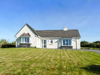 SEASCAPES, detached, all ground floor, open fire, enclosed garden, in Cahersiveen, Ref 929629 - Cahersiveen vacation rentals