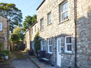 HILLSIDE VIEW, three-storey townhouse, woodburner, enclosed courtyard, WiFi, near Hawes, Ref 920027 - Hawes vacation rentals