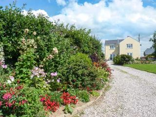 PINES COTTAGE, couple's cottage with WiFi, parking, en-suite, in Eastleigh near Bideford, Ref. 928527 - Instow vacation rentals