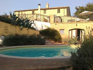 Farmhouse with jacuzzi pool and magnificent views. - Penna San Giovanni vacation rentals