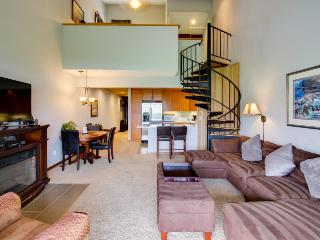 Bright and comfortable condo with breathtaking views and shared pool & hot tub - Chelan vacation rentals