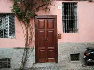 La casa della rosa nel centro città - Pavia vacation rentals