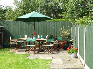 FEATHERBED TOP COTTAGE, cottage with garden, close amenities, walking, Glossop Ref 924538 - Glossop vacation rentals