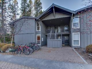 Sunriver condo close to the Village w/ spacious deck & SHARC access - Sunriver vacation rentals