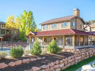 Classic, dog -friendly townhome w/private hot tub and shared pool access! - Park City vacation rentals