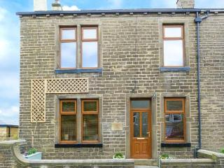 WISTERIA COTTAGE, two woodburners, WiFi, private courtyard, Haworth, Ref 928463 - Haworth vacation rentals
