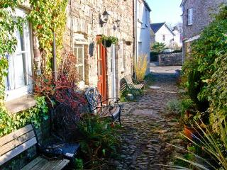 CARIAD COTTAGE, pet-friendly, character holiday cottage, with a garden, in Llangattock, Ref 920255 - Llangattock vacation rentals