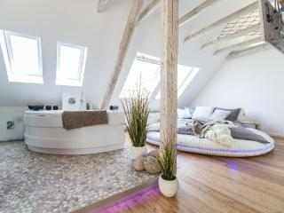 LLAG Luxury Vacation Apartment in Essen - 377 sqft, Datingsuite with spa, 3D TV and Sonos (# 2449) - Essen vacation rentals