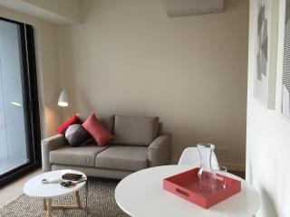 Romantic 1 bedroom Melbourne Condo with Dishwasher - Melbourne vacation rentals