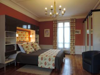 LES-CHENEVIS Chambres d'hôtes B&B / STEINLEN - Jouy-le-Moutier vacation rentals